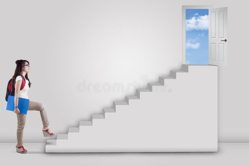 Vrouwelijke student die naar succesdeur lopen royalty-vrije stock afbeelding