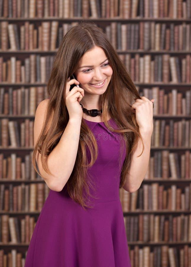 Vrouwelijke student die op de telefoon spreken royalty-vrije stock foto