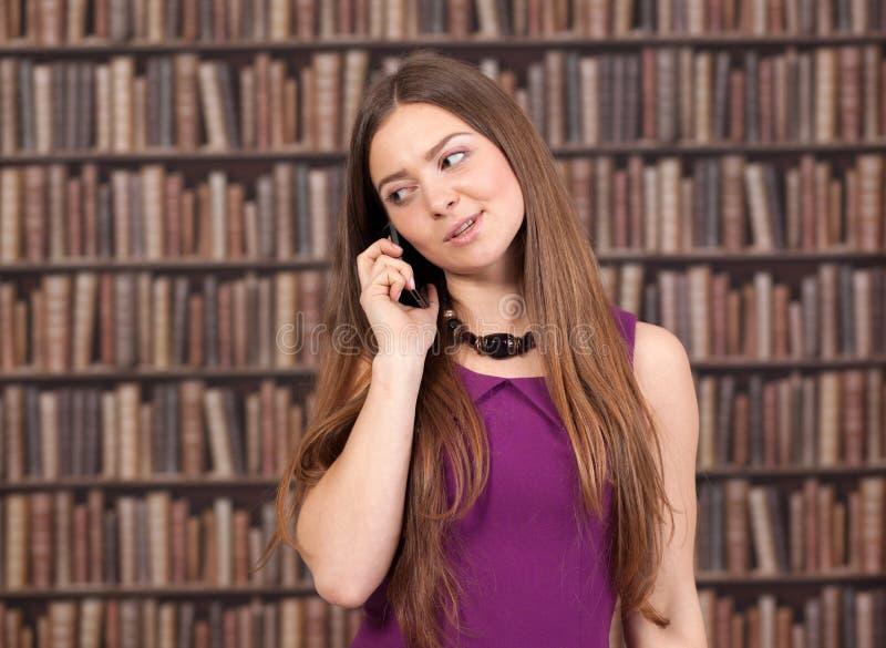 Vrouwelijke student die op de telefoon spreken royalty-vrije stock fotografie