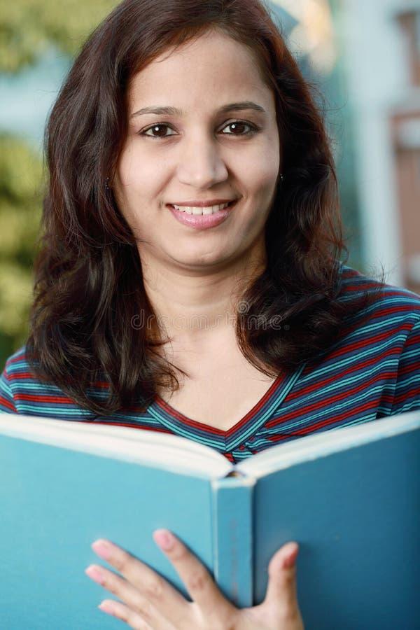 Vrouwelijke student die in openlucht bestudeert royalty-vrije stock fotografie