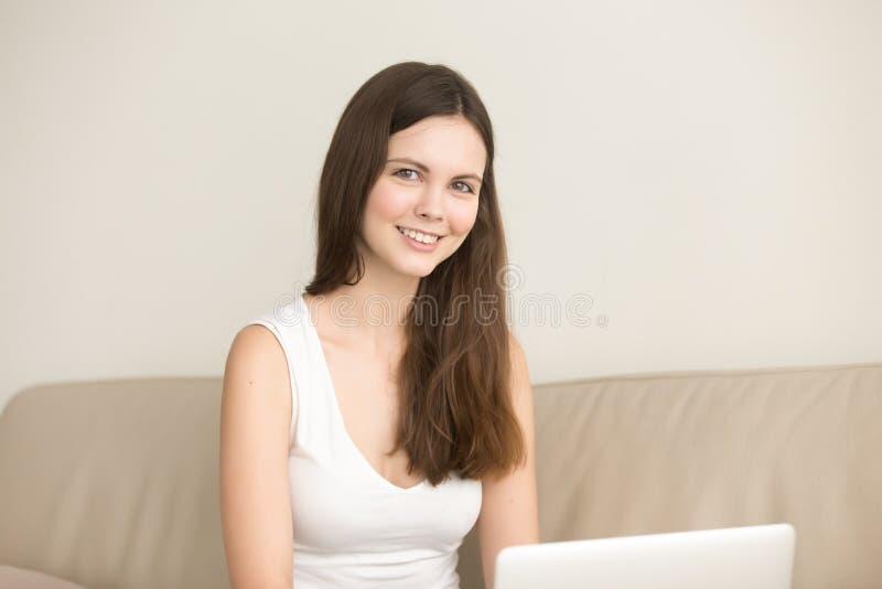 Vrouwelijke student die ver van huis bestuderen stock foto's