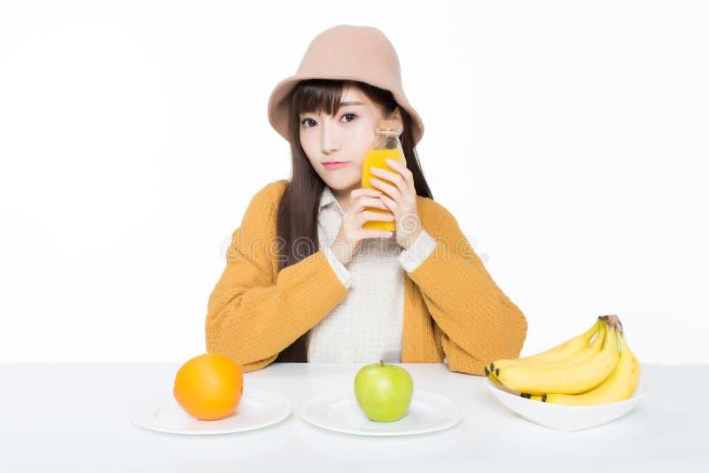 Vrouwelijke student en haar fruit en melk stock foto