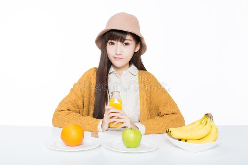 Vrouwelijke student en haar fruit en melk stock foto's