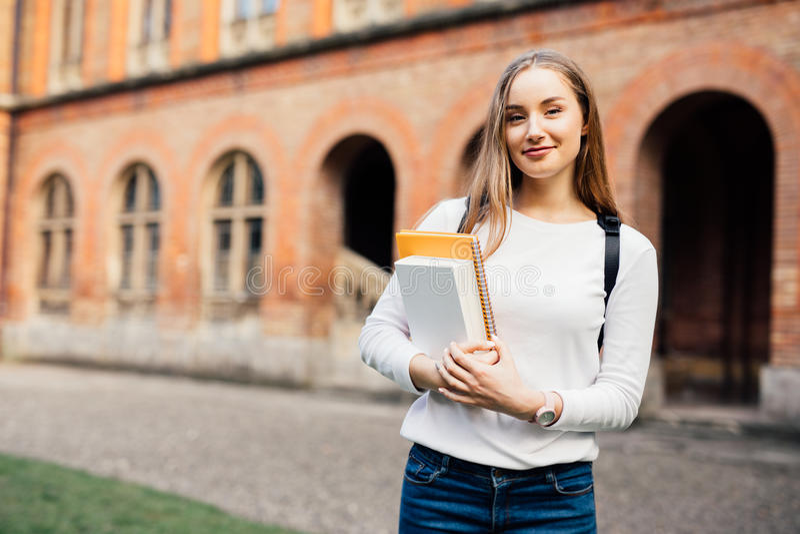 Vrouwelijke Student Gelukkig meisje op Europese universiteit voor beurs royalty-vrije stock fotografie
