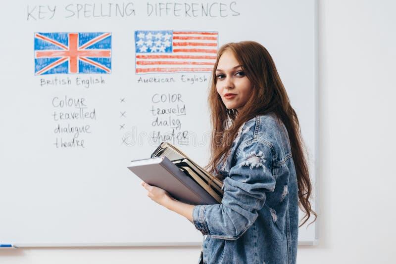 Vrouwelijke student met boeken in klaslokaal Engelstalige school royalty-vrije stock foto