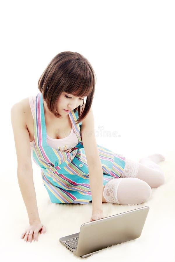 Vrouwelijke student met laptop stock afbeelding