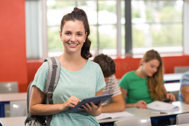 Vrouwelijke Student Using Digital Tablet in Klaslokaal royalty-vrije stock afbeeldingen