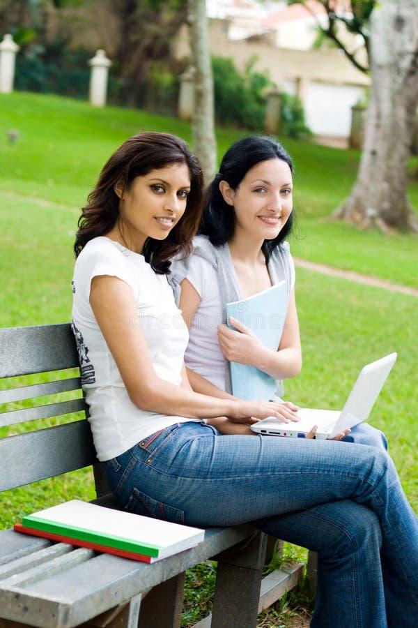 Vrouwelijke studenten stock afbeeldingen