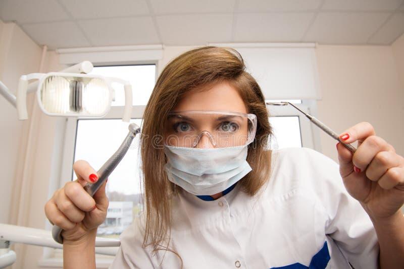 Vrouwelijke tandarts met tandhulpmiddelen stock fotografie