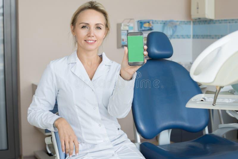 Vrouwelijke Tandarts Presenting Mobile App stock foto