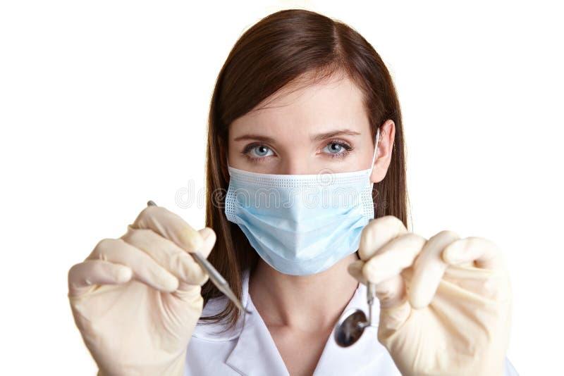 Vrouwelijke tandmedewerker met hulpmiddelen royalty-vrije stock fotografie
