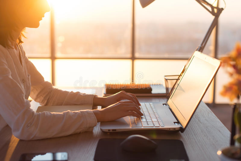 Vrouwelijke telewerker die gebruikend laptop en Internet, die online werken texting Freelancer die thuis bureau, werkplaats typen royalty-vrije stock foto