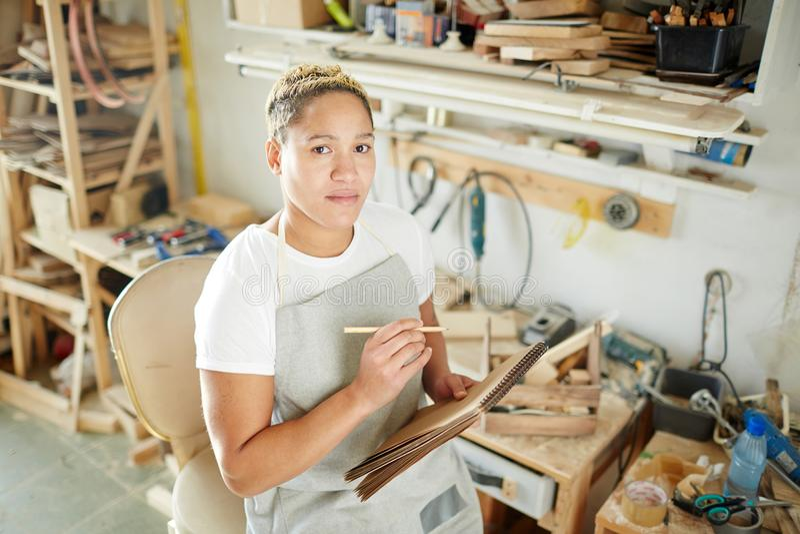 Vrouwelijke timmerman die nota's maken stock foto