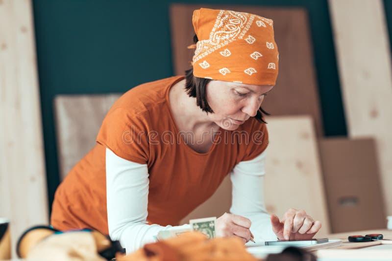Vrouwelijke timmerman met financi?le problemen stock fotografie