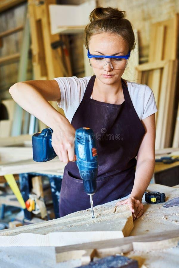 Vrouwelijke Timmerman Working in Winkel royalty-vrije stock foto
