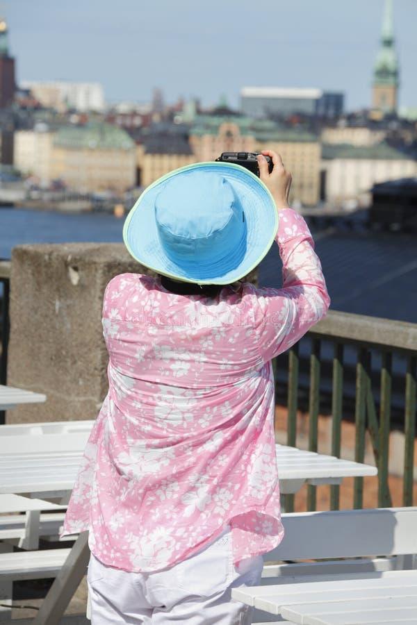 Vrouwelijke toerist die beeld neemt stock foto's