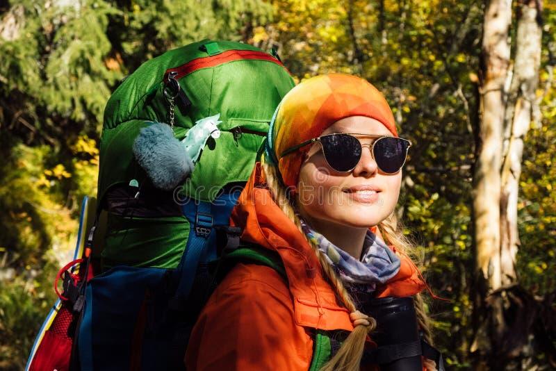 Vrouwelijke toerist die in de herfst fantastisch boslandschap wandelen royalty-vrije stock afbeelding