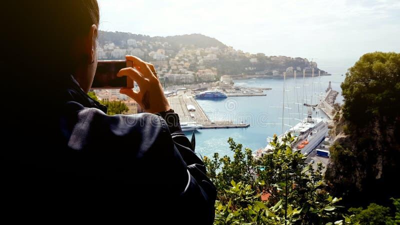 Vrouwelijke toerist die foto van het sightseeingsplaats, jachten en schip van Nice nemen in haven royalty-vrije stock foto