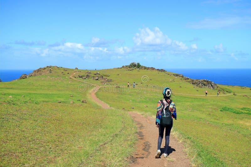 Vrouwelijke Toerist die Orongo-Dorp, het Historische Plechtige Centrum op Pasen-Eiland bezoeken, Chili stock fotografie