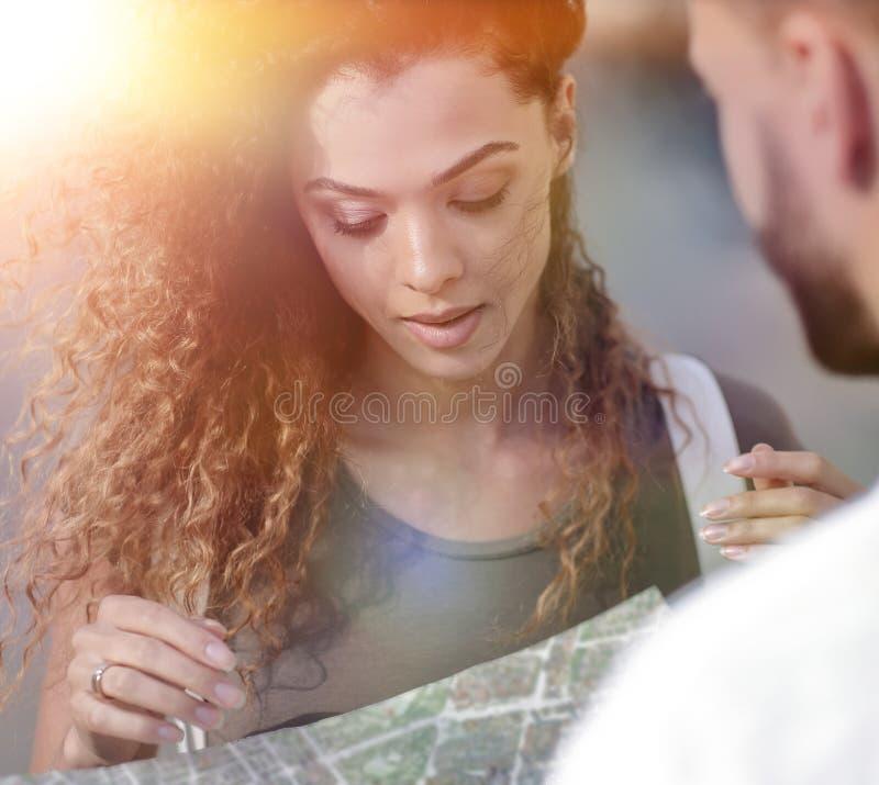 Vrouwelijke toerist die stad onderzoeken terwijl het houden van kaart stock foto