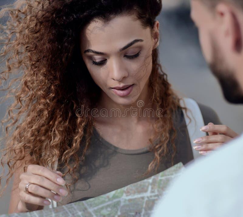 Vrouwelijke toerist die stad onderzoeken terwijl het houden van kaart stock afbeeldingen