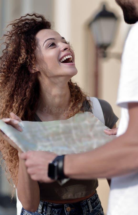 Vrouwelijke toerist die stad onderzoeken terwijl het houden van kaart stock foto's
