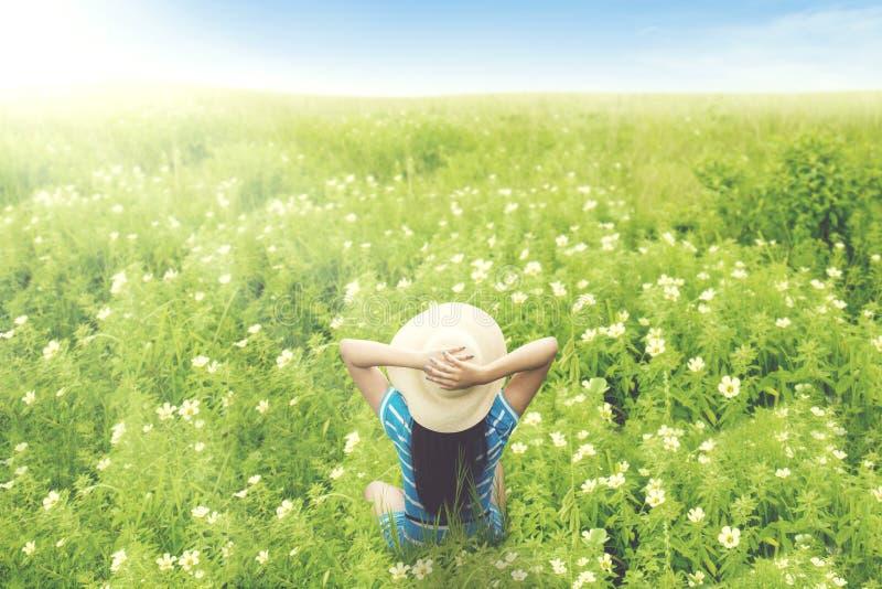 Vrouwelijke toerist die van mooi bloemgebied genieten royalty-vrije stock afbeelding