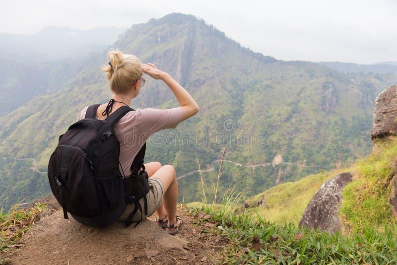 Vrouwelijke toerist die van mooie mening van theeaanplantingen genieten, Sri Lanka royalty-vrije stock foto