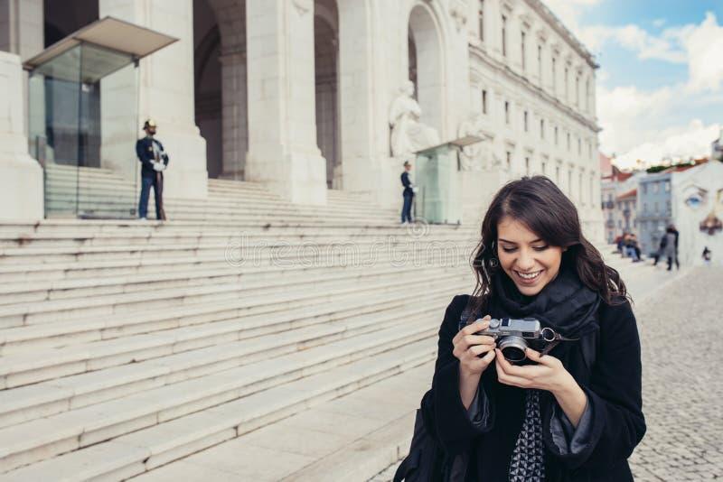 Vrouwelijke toerist die zich voor het Parlement van Portugal, Assemblage bevinden van de Republiek royalty-vrije stock foto