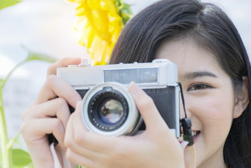 Vrouwelijke toeristen die de camera gebruiken om waardevol geheugen te registreren stock afbeelding