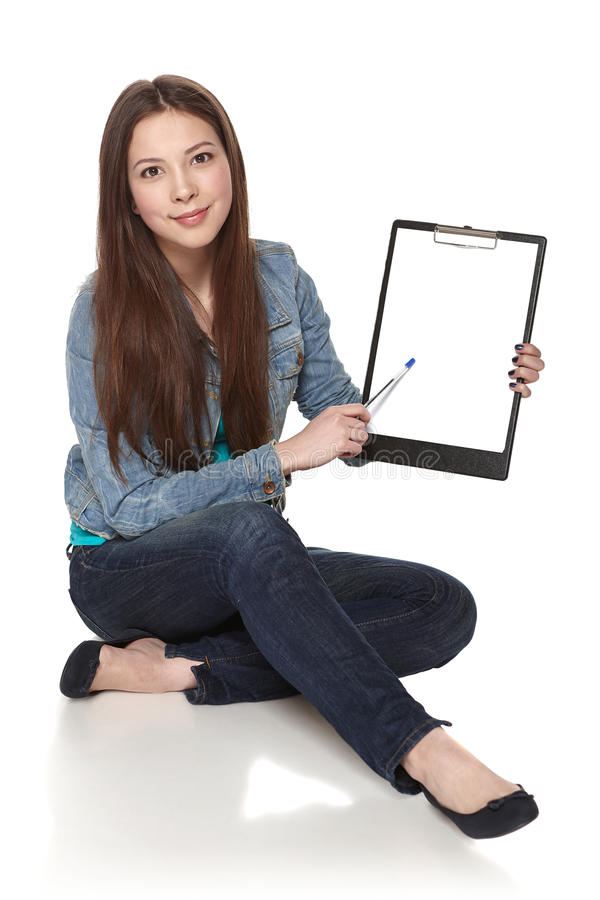 Vrouwelijke tonende lege banner stock foto