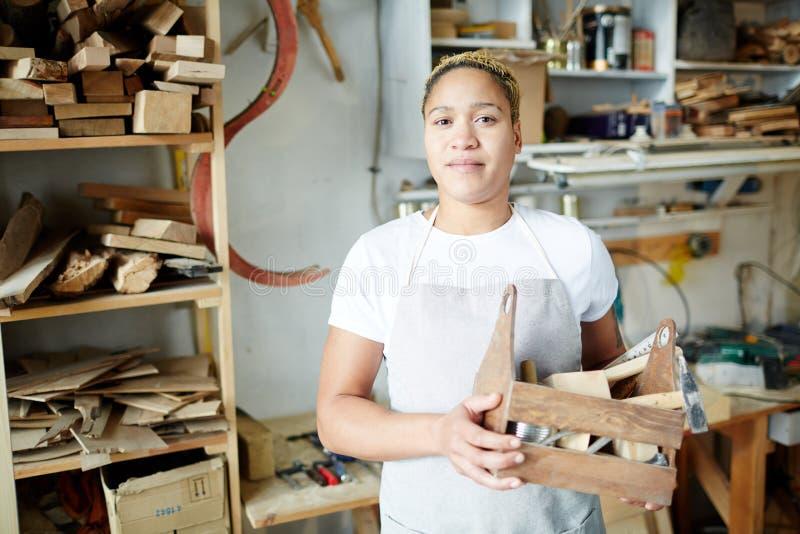 Vrouwelijke toolbox van de schrijnwerkerholding stock foto