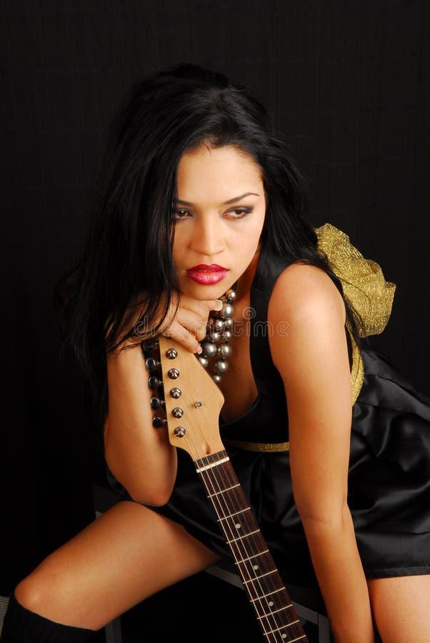vrouwelijke tuimelschakelaar met gitaar stock foto's