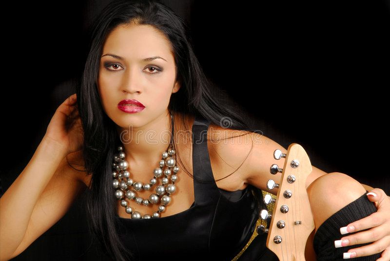 vrouwelijke tuimelschakelaar met gitaar stock foto