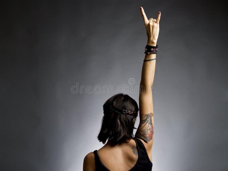 Vrouwelijke tuimelschakelaar met wapen in lucht stock afbeeldingen