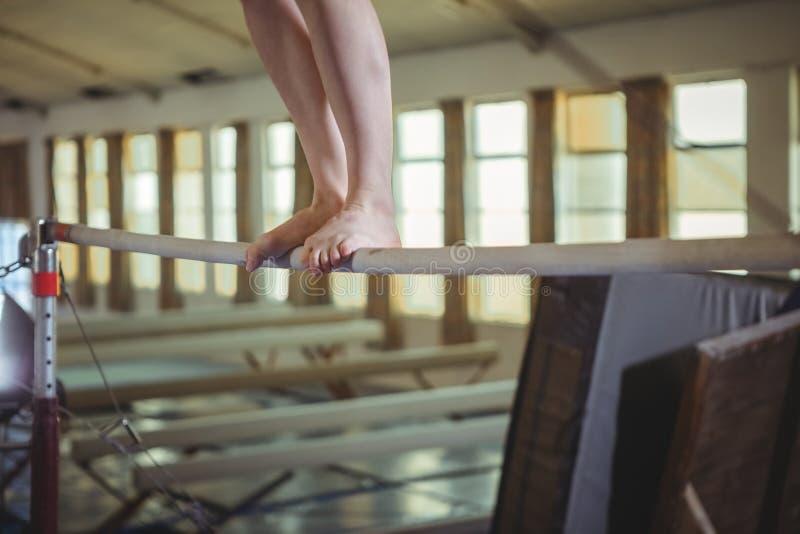 Vrouwelijke turner het praktizeren gymnastiek op de rekstok royalty-vrije stock foto