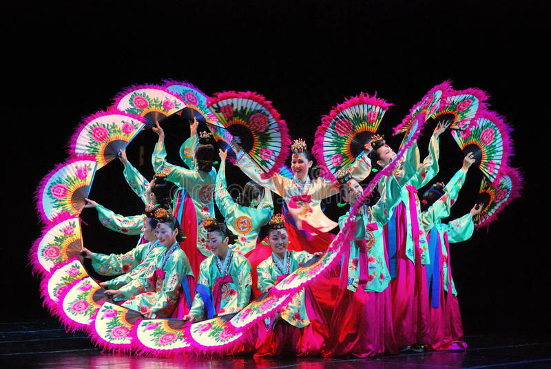 Vrouwelijke uitvoerder van traditionele Koreaanse dans royalty-vrije stock fotografie