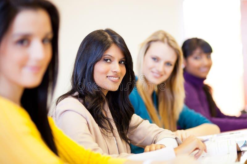 Vrouwelijke universitaire studenten stock fotografie
