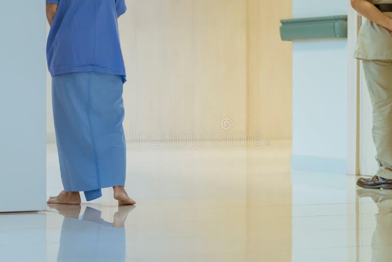 Vrouwelijke urinelandstreekpati?nten die voor oefening en alleen rust lopen stock foto's