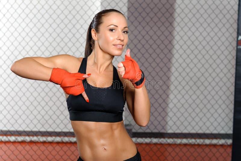 Vrouwelijke vechter in een kooi royalty-vrije stock afbeelding