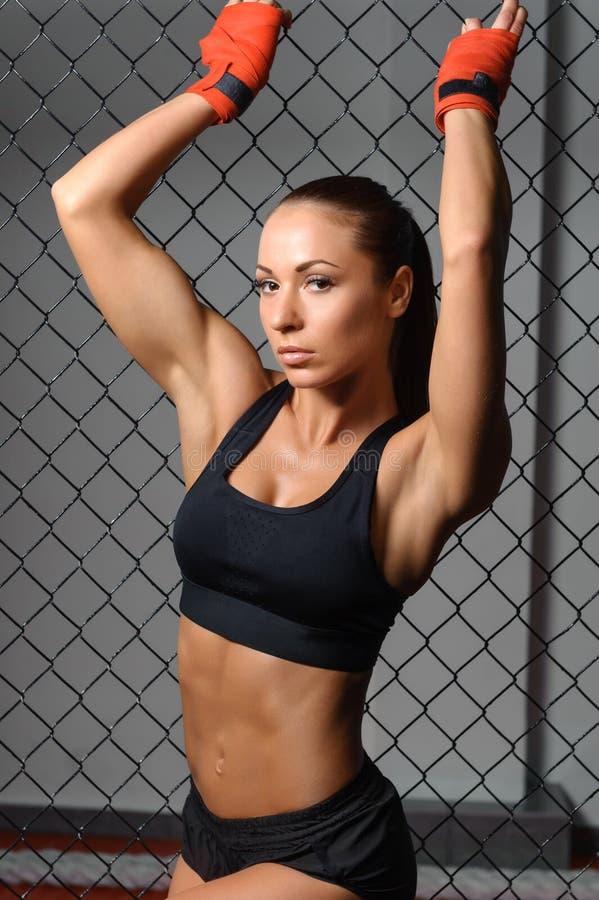 Vrouwelijke vechter in een kooi stock afbeelding
