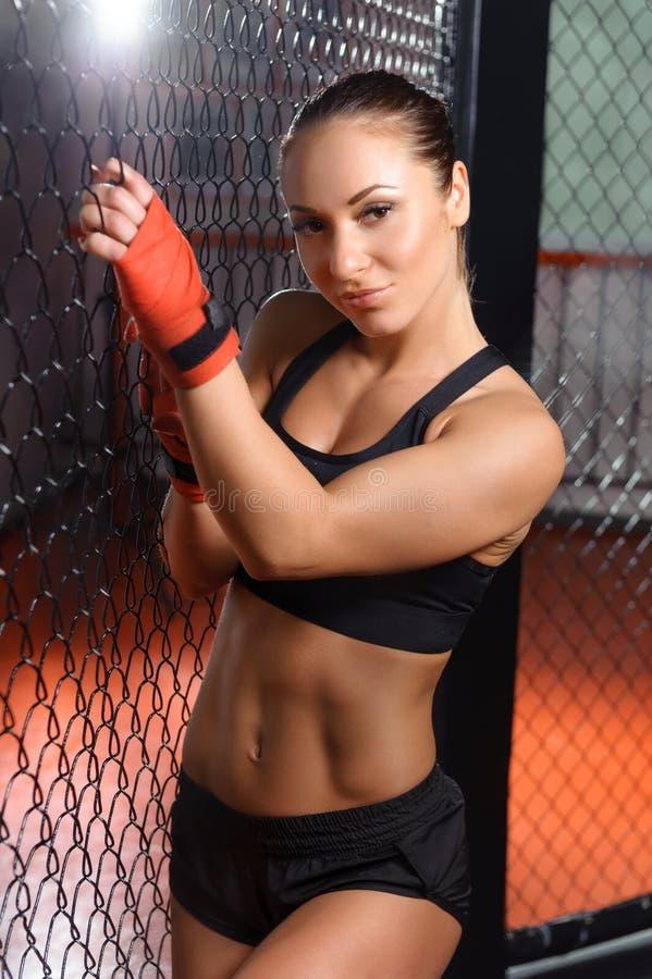 Vrouwelijke vechter in een kooi royalty-vrije stock foto