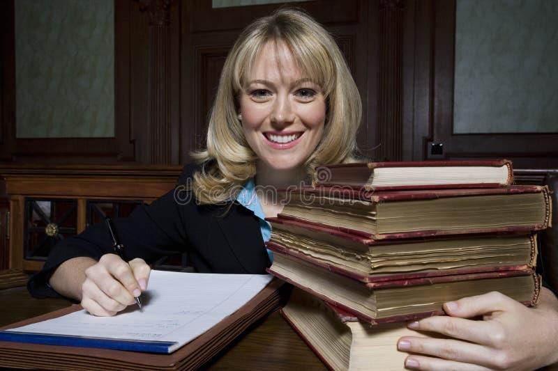 Vrouwelijke Verdediger With Law Books stock fotografie