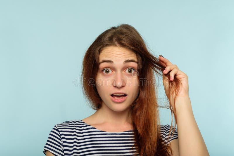 Vrouwelijke verfomfaaide de stijlschoonheid van het haarprobleem schade royalty-vrije stock afbeelding