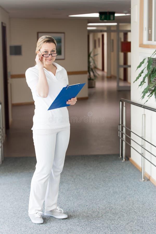 Vrouwelijke verpleegster of arts in de gang van het ziekenhuis of retirem royalty-vrije stock foto's