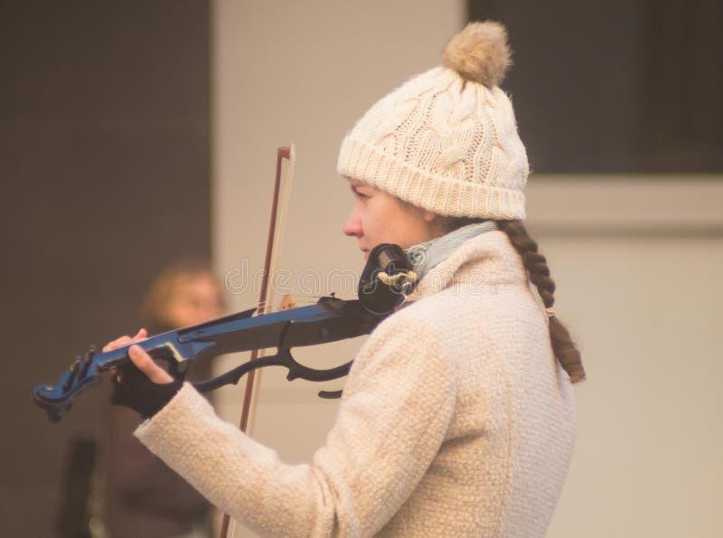 Vrouwelijke violist die in stad presteren royalty-vrije stock fotografie