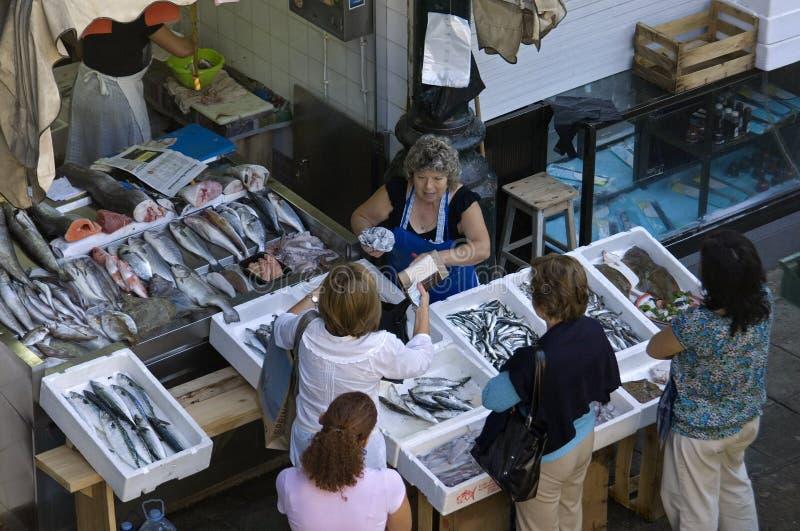 Vrouwelijke Vishandelaar in vissenbox op markt in Porto royalty-vrije stock foto
