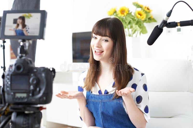 Vrouwelijke Vlogger-Opnameuitzending thuis stock foto's
