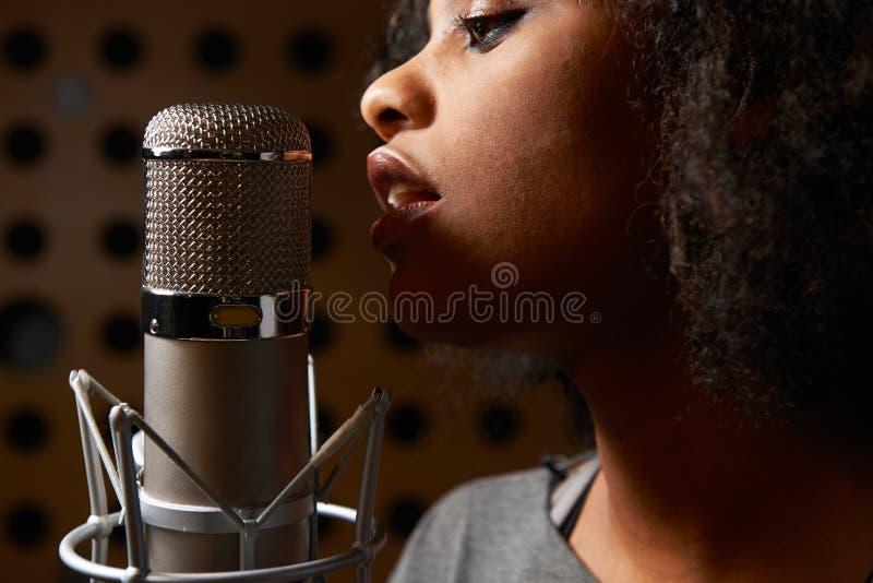 Vrouwelijke Vocalist in Opnamestudio royalty-vrije stock foto's