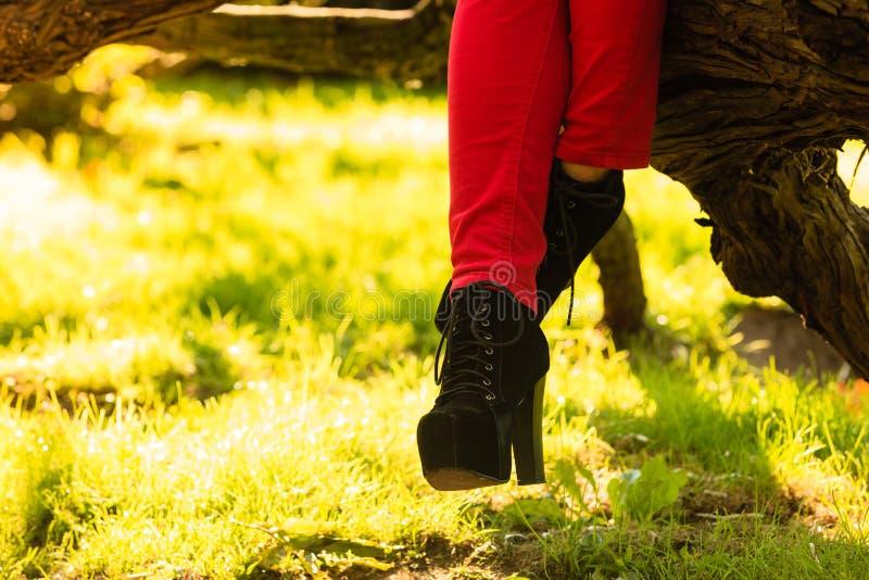 Vrouwelijke voet in elegante zwarte schoenen royalty-vrije stock afbeeldingen